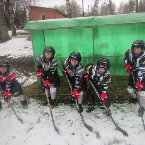 Фонд оснастил хоккейную команду Новопетровской школы-интерната спортивным инвентарем и формой